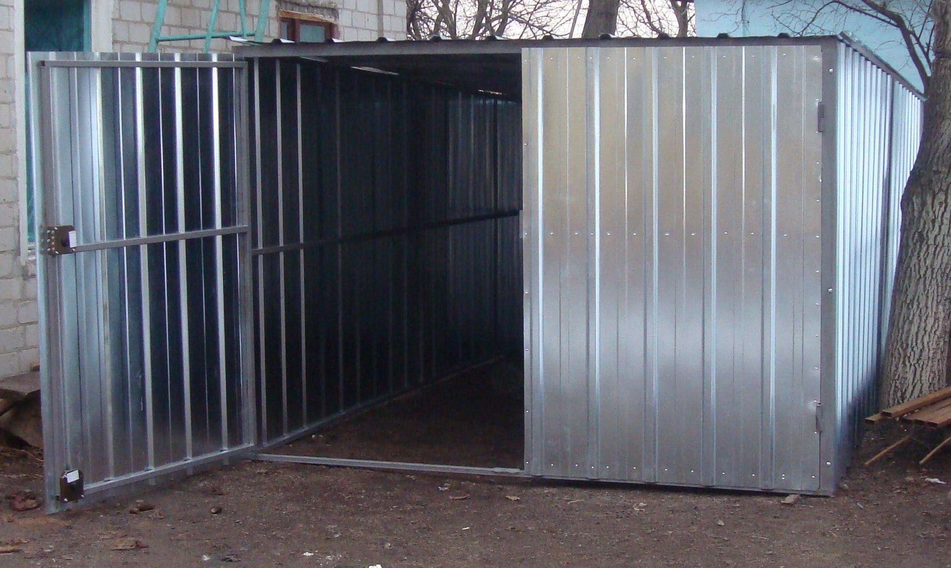 Металлический разборный гараж на участке, сборка своими руками 81